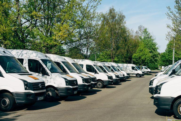 Diversas vans estacionadas em um estacionamento